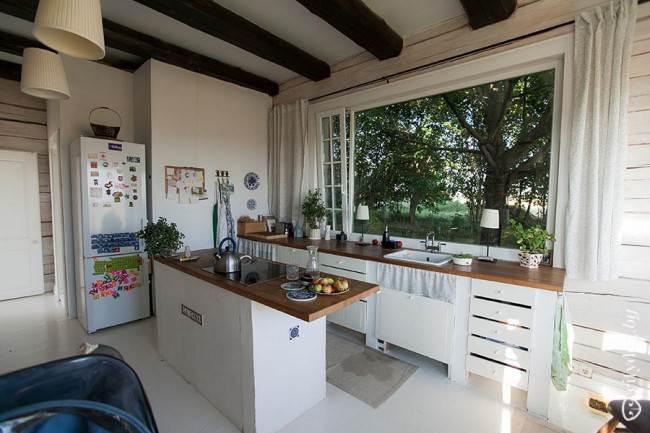 Кухня в стиле кантри с островом и рабочей зоной возле окна