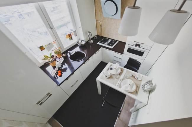 Угловая кухня в минимализме с черной столешницей