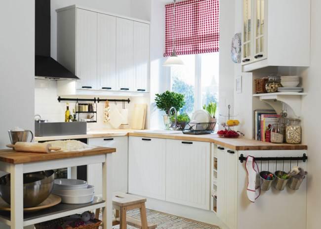 Яркие рулонные шторы на кухне в стиле кантри