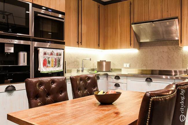 Кухня с высокими пеналами и деревянной обеденной зоной