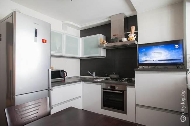 Белая кухня с черным керамическим фартуком