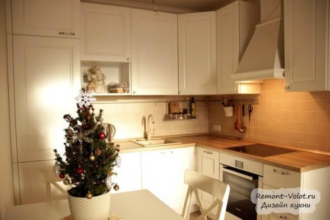 Неоклассический стиль на белой кухне с деревянной столешкой