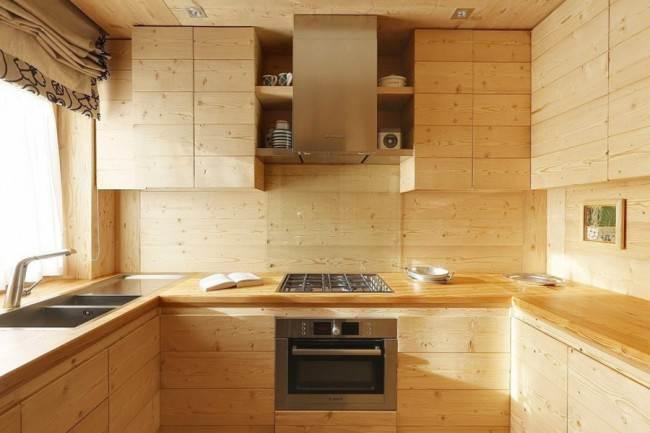 Кухня из вагонки в деревянном доме