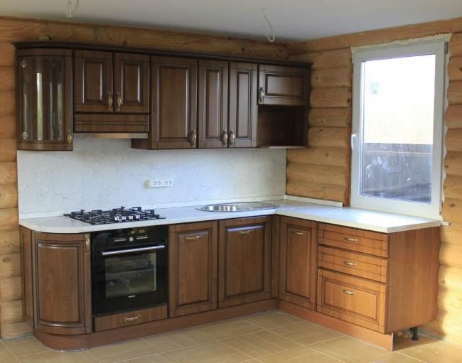 Кухня в доме из оцилиндрованного бруса