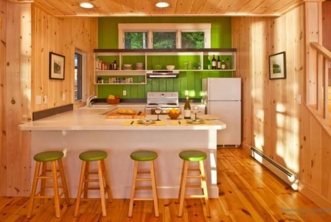 П-образная кухня в деревянном доме
