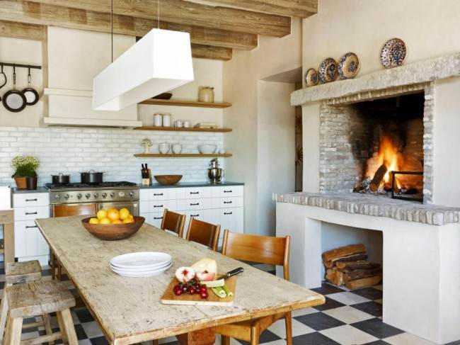 Кухня в деревянном доме с камином
