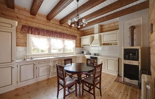 Балки на потолке кухни в деревянном доме