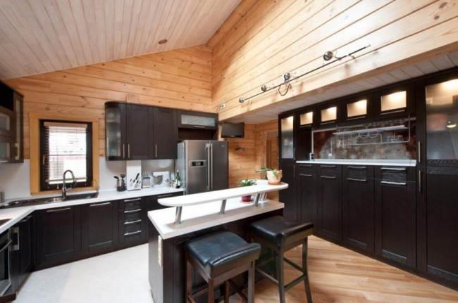 Кухня с островом в деревянном доме