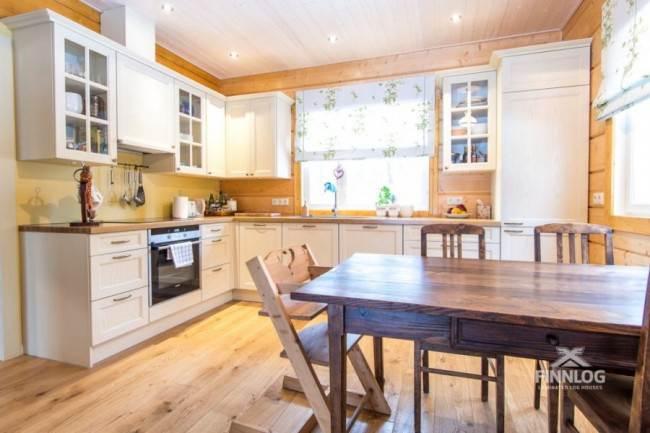 Кухня в стиле прованс в деревянном доме