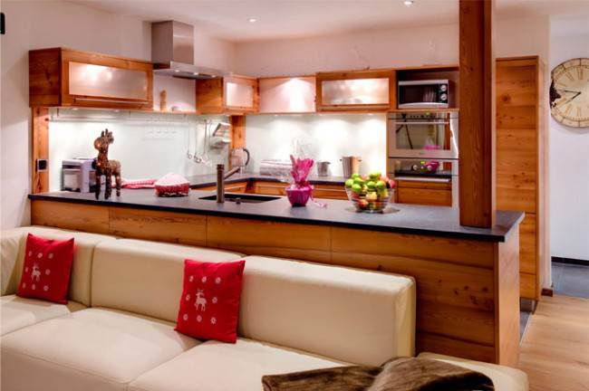 Современный стиль на кухне в деревянном доме