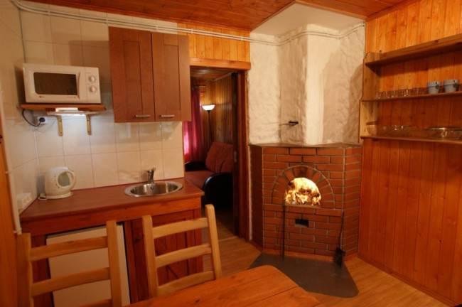 Кухня с камином на деревянной даче