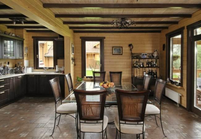 Просторная гостиная с кухней в деревянном доме