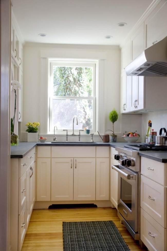 Белая п-образная кухня с мойкой возле окна