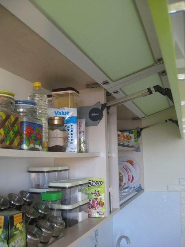 Зеленая кухня 12 кв.м с фиолетовым диваном и стульями