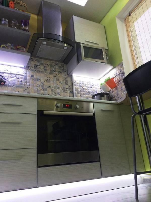 Дизайн кухни 5,2 кв. м со столешницей на подоконник