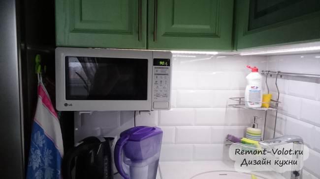 СВЧ на кронштейне под верхним шкафом на кухне