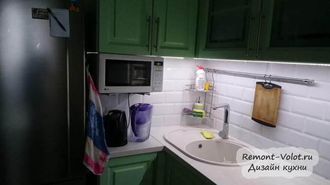 Микроволновка на кронштейне под верхним шкафом на кухне