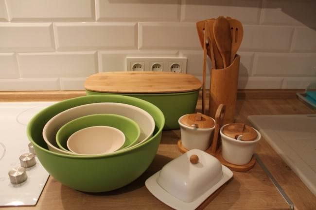 Дизайн белой угловой кухни ЗОВ 9 кв.м в классическом стиле