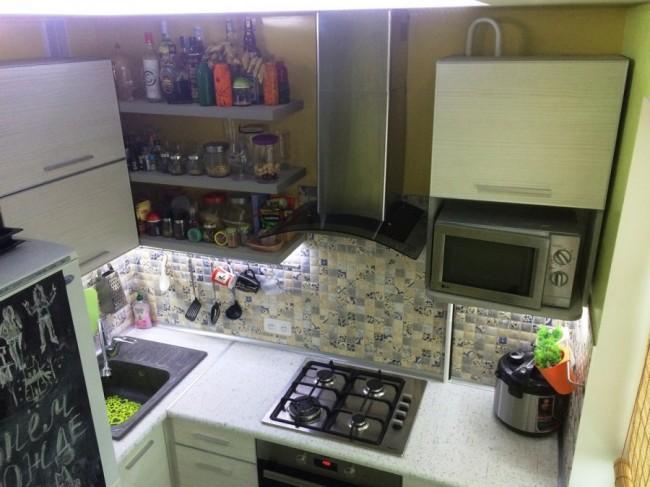 Дизайн кухни 6,2 кв. м со столешницей на подоконник