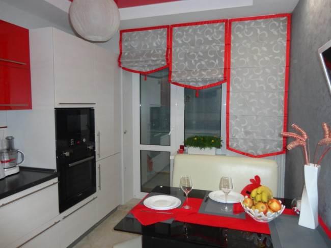 Угловая красно-белая глянцевая кухня с черной столешницей 9 кв.м