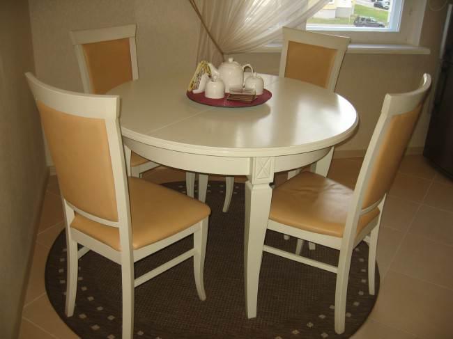 Круглый раскладной стол на кухне