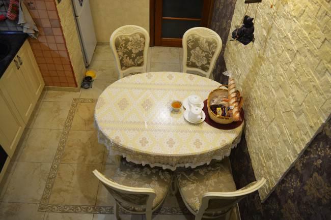 Овальной стол и стулья из дерева
