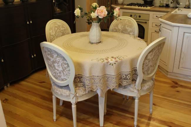 Деревянный стол в классическом стиле на кухне