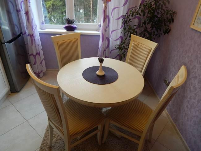 Бежевые стол и стулья Пинскдревиз массива