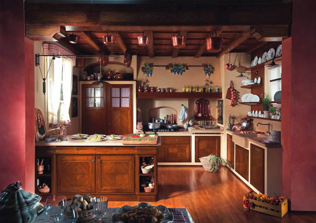 Итальянская кухня с деревянными балками на потолке