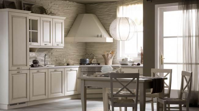 Фартук из декоративного белого сланца на кухне с угловой вытяжкой
