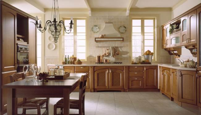 Бежевая угловая кухня с высокими пеналами