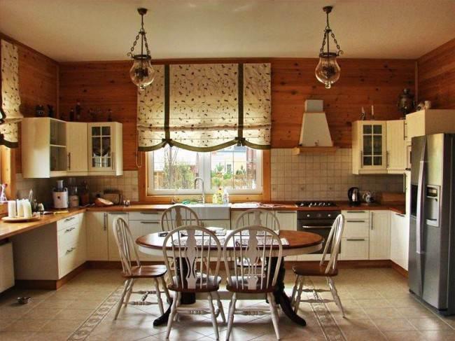 Римские шторы на кухонном окне в деревянном доме.
