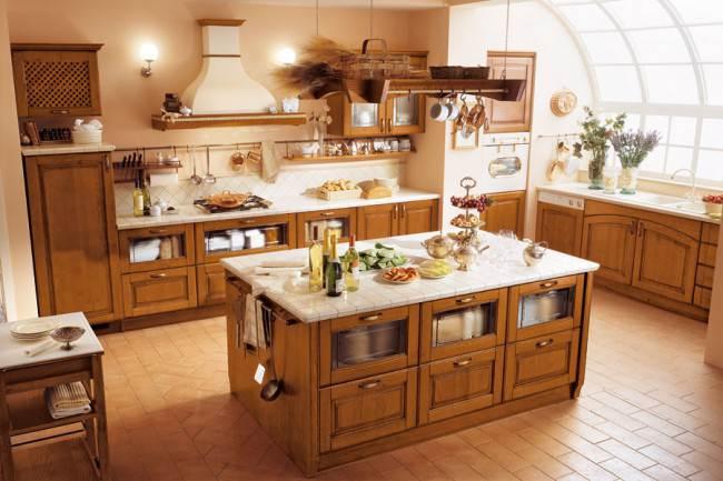 Угловая итальянская кухня с каминной вытяжкой и отдельным островом