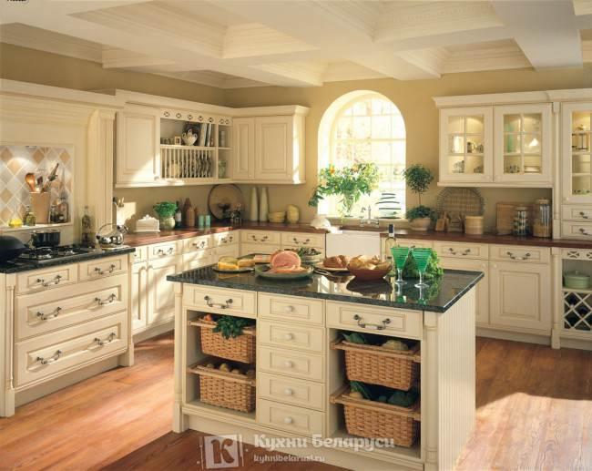 Кухня с белыми кессонами на потолке
