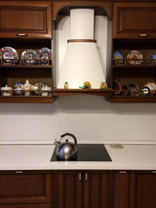 Дизайн кухни в стиле классика со столешницей и стеновой панелью из искусственного камня