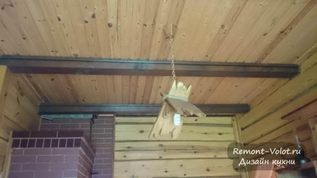 Самодельная деревянная люстра на кухне в усадьбе