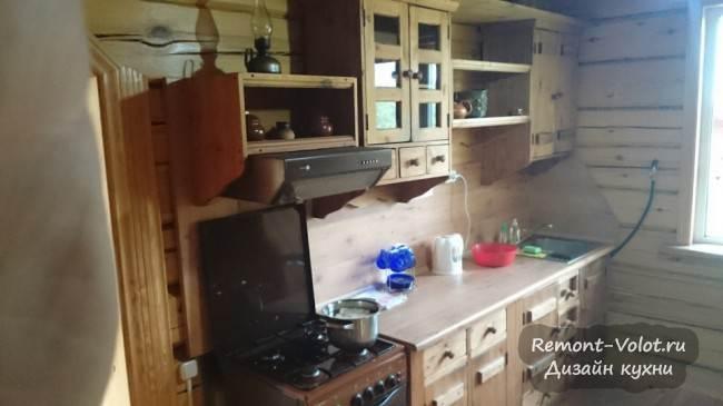 Недорогая кухня из массива сосны в загородном доме. Стиль кантри