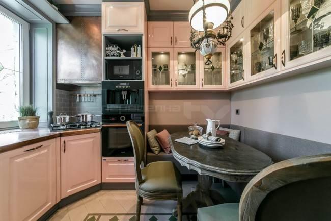 П-образная кухня с обеденным столом
