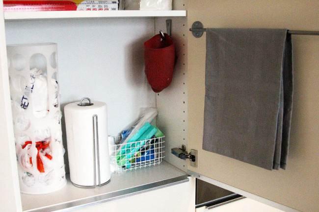 Дизайн и организация хранения на красивой белой глянцевой кухне