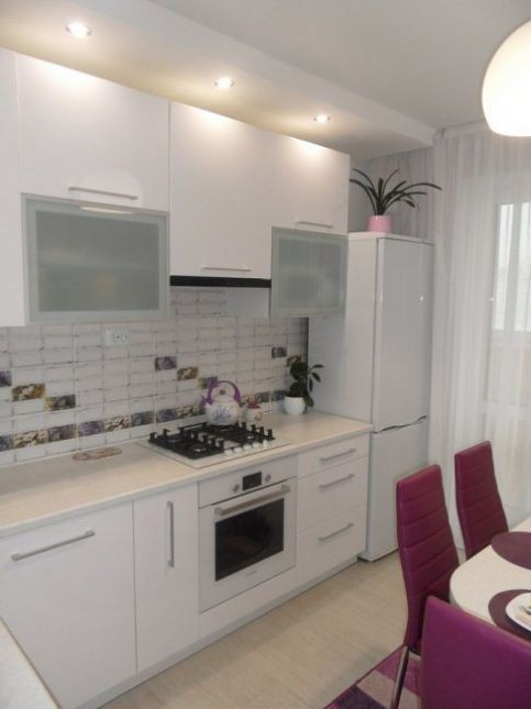 Белый короб из гипсокартона на кухне