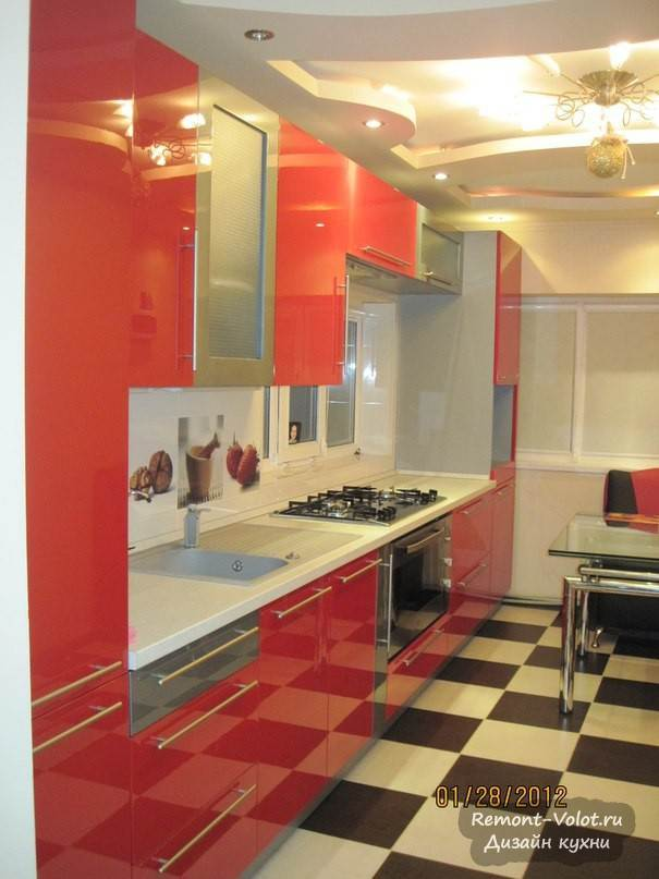 Яркая кухня с фигурным потолком из гипсокартона