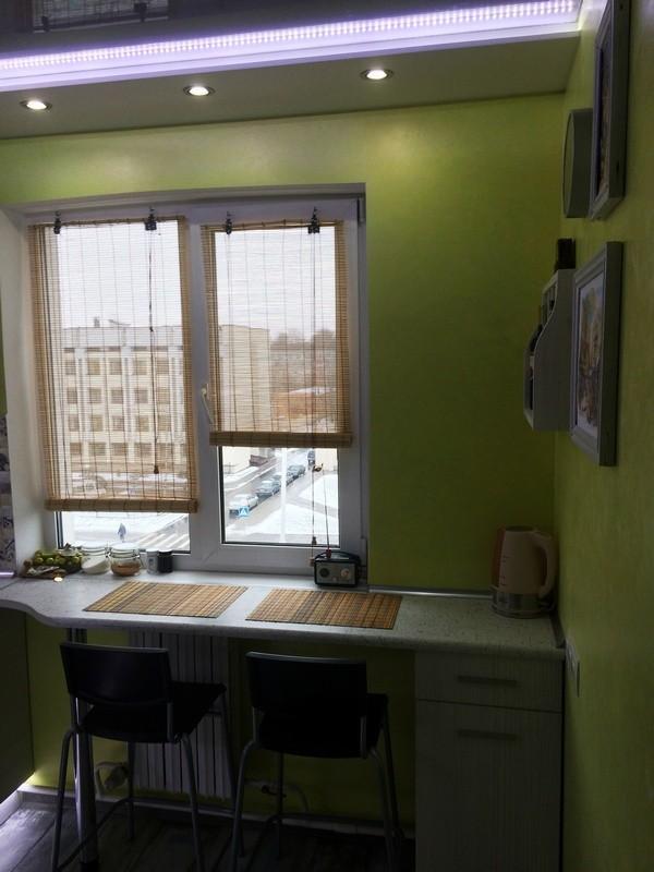 Барная стойка у окна на маленькой кухне