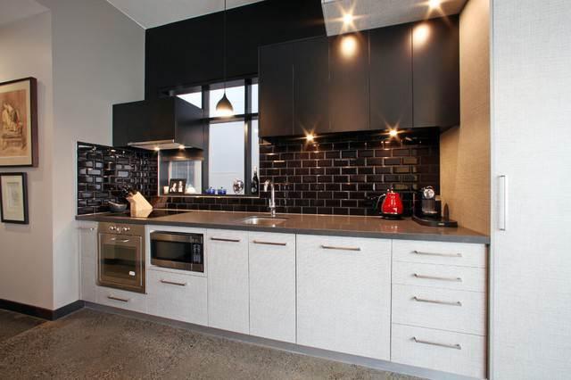 Кухонный фартук из черной плитки кабанчик