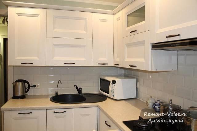 Белая классическая кухня с черной мойкой и варочной поверхностью (цена + 6 фото)
