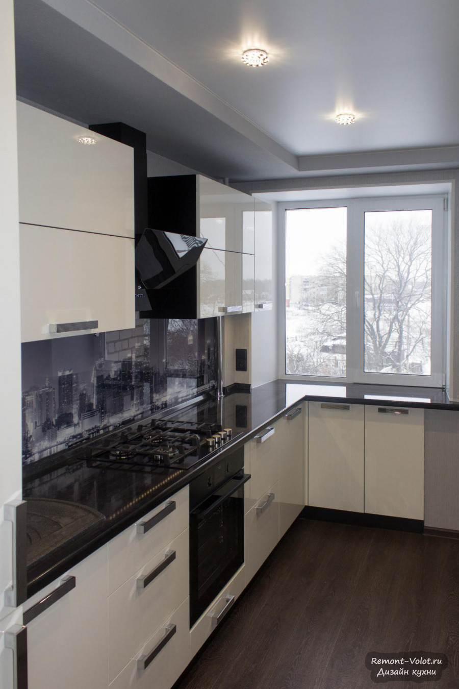 Черно-белая кухня 10 кв.м с глянцевыми фасадами и фартуком из стекла