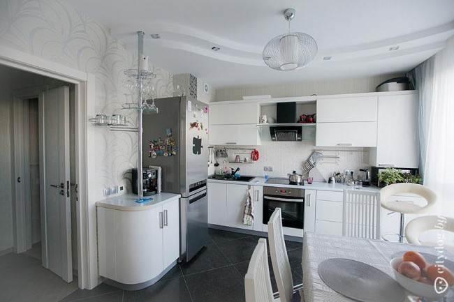 Фигурный потолок из гипсокартона в кухне-столовой