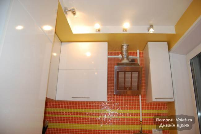 Желтый потолок из гипсокартона на кухне