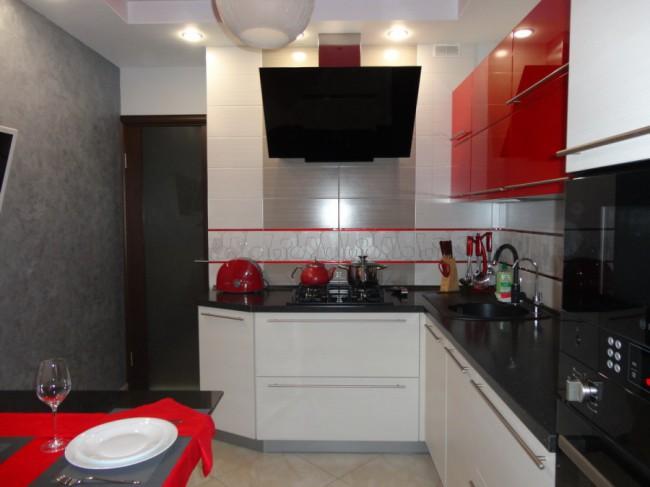 Красно-белая кухня с двухуровневым потолком из гипсокартона