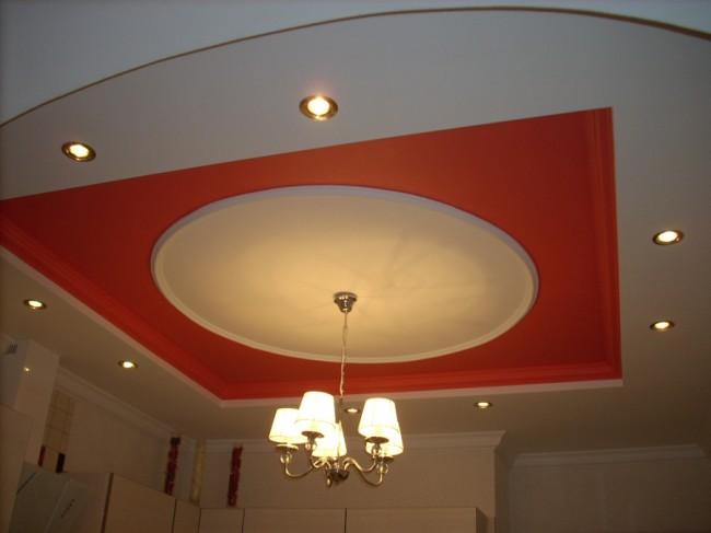 Многоуровневый потолок из гипсокартона на просторной кухне