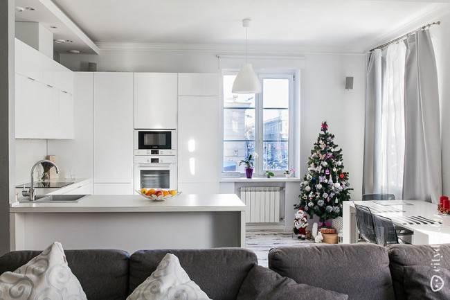 Белая кухня-гостиная с потолком из ГКЛВ
